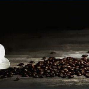 Белая орхидея и кофе